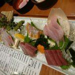 本日の大漁刺盛り、てんこ盛りキャベツサラダ、名物魚肉ソーセージ@さくら水産