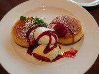 おかわり自由パンケーキセット@グラッチェガーデンズ いちごとフランボワーズソースのパンケーキ バニラアイス添え