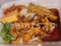 丸亀うどん弁当 2種の天ぷらと定番おかずのうどん弁当@丸亀製麺 つゆ入れ 完成